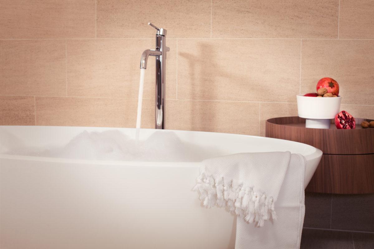 Komfortable Zweitwohnung Davos mit Hotelservice by Hotel InterContinental | SPER Apartments | Badezimmer mit Wanne von Victoria & Albert