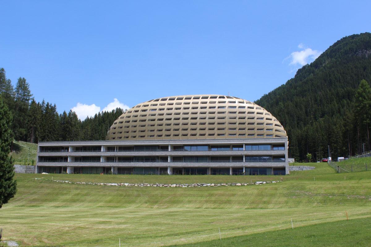 Zweitwohnung Davos mit Alpine Spa by Hotel Intercontinental Davos | SPER Apartments | Gebäudeansicht Sommer