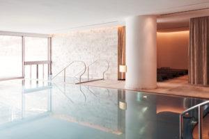 Exklusive Eigentumswohnung Davos mit Hotelservice | SPER Apartments | Poolbereich Hotel Intercontinental